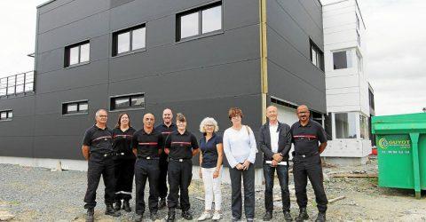 Les élus et pompiers devant la nouvelle caserne Inizan