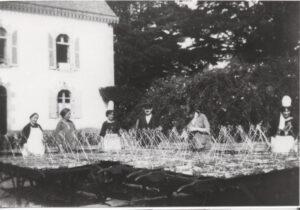 Les ouvrières devant la villa de la famille Le Gall